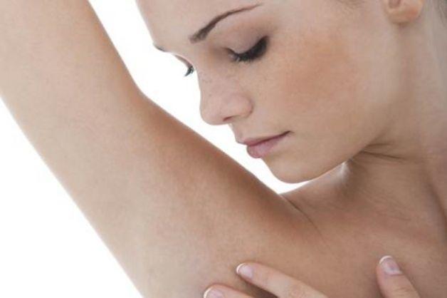 Активированный уголь для отбеливания кожи подмышек.