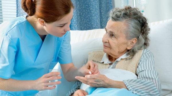 Обращаться ли к помощи сиделки для ухода за тяжелобольным?