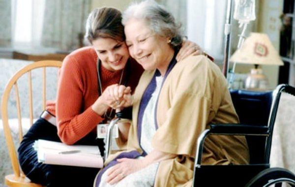 Как выбрать подходящую сиделку для пожилых родителей?