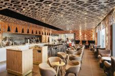 Как создать интересный интерьер кафе с помощью стульев?